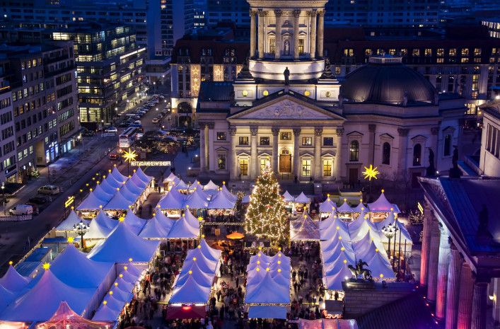 christmas-market-on-berlin-gendarmenmarkt-at-night-shutterstock_42961615-2-707×465