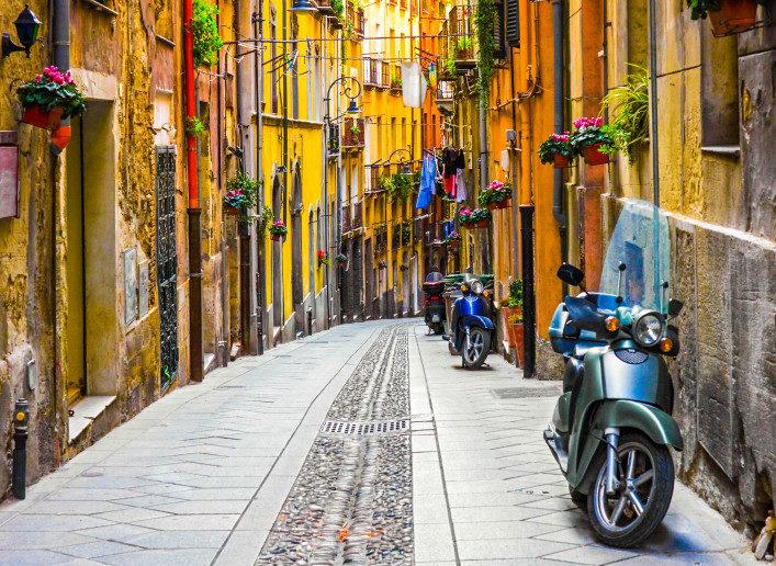 cagliari-street-sardinien-istock_000016541412_large-2-707×516