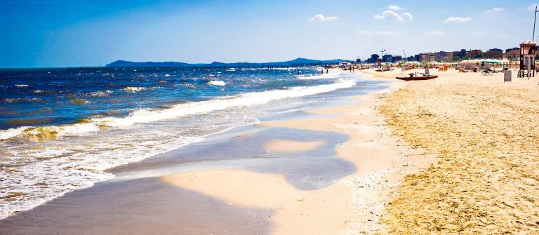 italian-beach-rimini-italien-italy-istock_000024105487_large-2