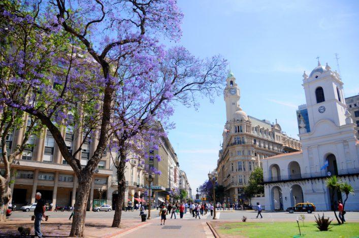 urlaubsguru.de_typical-street-scene-buenos-aires-argentina-shutterstock_108728891-editorial-only-meunierd