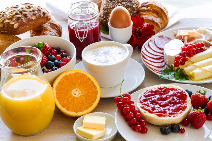 gedeckter-Frühstückstisch-iStock_000082143759_Large-2