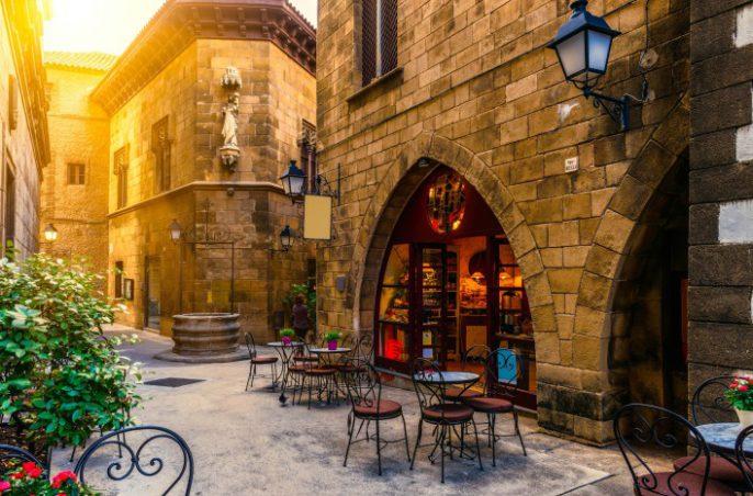 barcelona-cafe-shutterstock_292150208-2-707×466