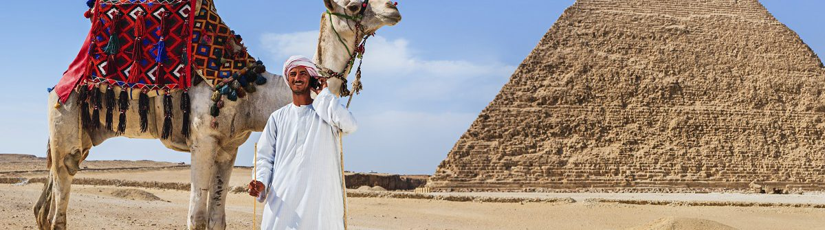 urlaubsguru.de_bedouin-using-phone-sahara-desert-egypt-istock_000087108839_large