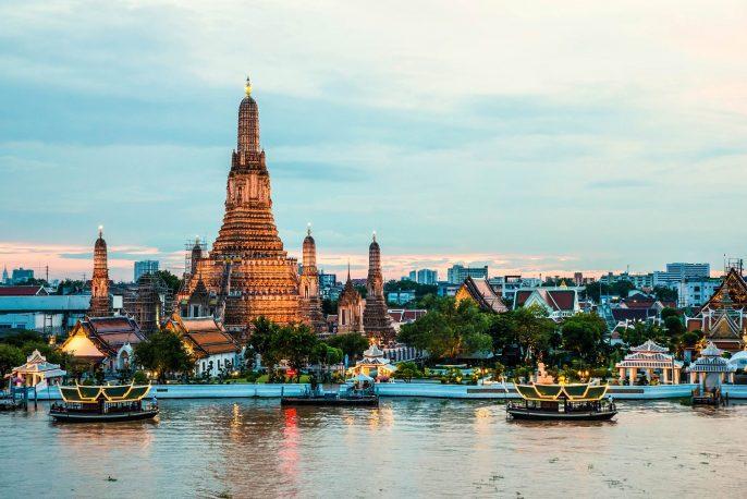 wat-arun-und-kreuzfahrt-schiff-in-der-nacht-bangkok-thailand-istock_000076706121_large-2