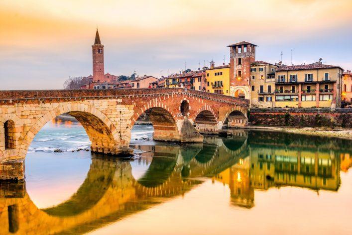 Die Ponte Pietra in Verona ist eines der Wahrzeichen der Stadt