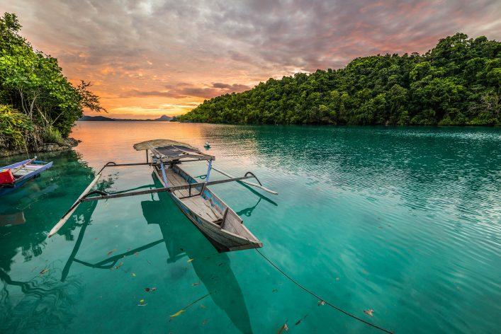 Die indonesische Insel Sulawesi bei Sonnenuntergang