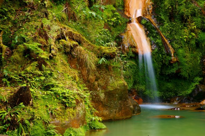 azoren-waterfall-caldeira-caldera-velha-in-the-island-of-sao-miguel-azores-islands-shutterstock_537149692