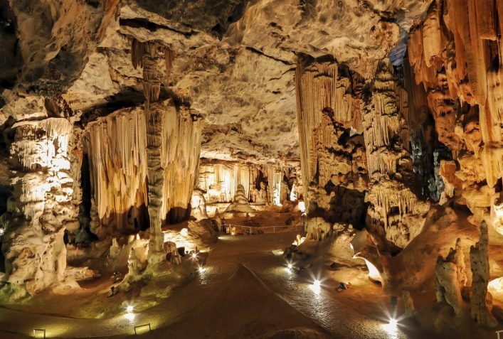 urlaubsguru.de_limestone-cavern-formations-istock_000037015638_large