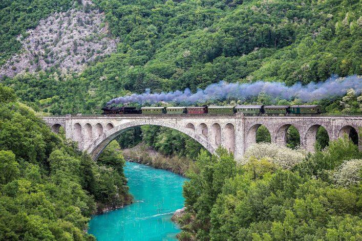 Alten-Dampfzug-auf-der-Solkan-Brücke-iStock-812085752-2_klein