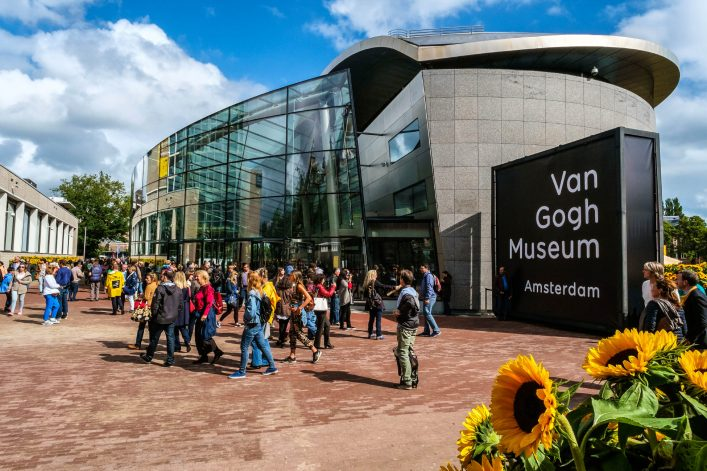 crowd-in-front-of-the-van-gogh-museum-amsterdam-istock_000092068165_large-editorial-only-hollandfoto-2