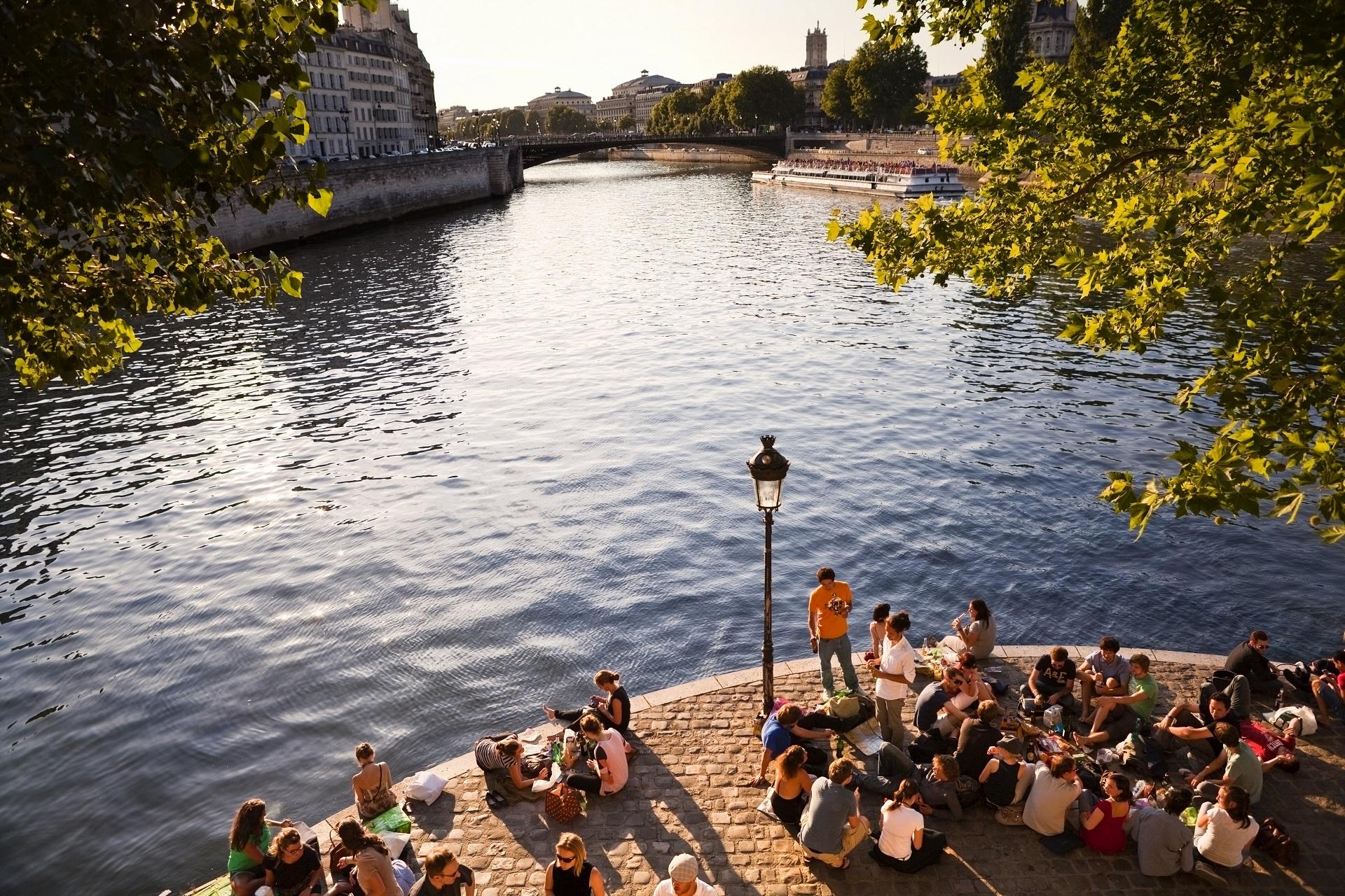 Städtereisen für Singles, Paris, Picknick an der Seine, Lovoo