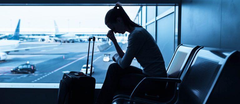 Gestresste-Frau-in-den-Flughafen-iStock-478720210-2