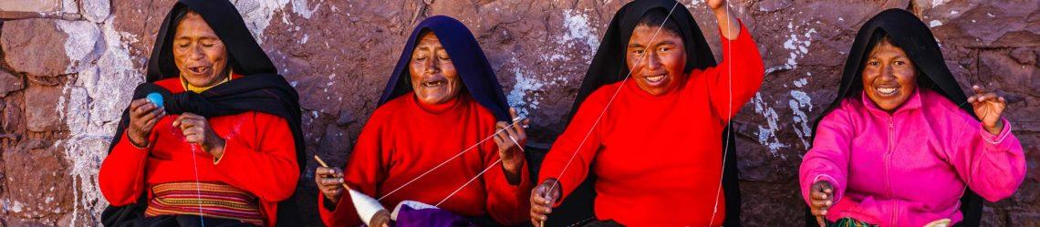 Frauen-Spinnen-Wolle-auf-Taquile-Lake-Titicaca-Peru-iStock_43969674_XLARGE-2