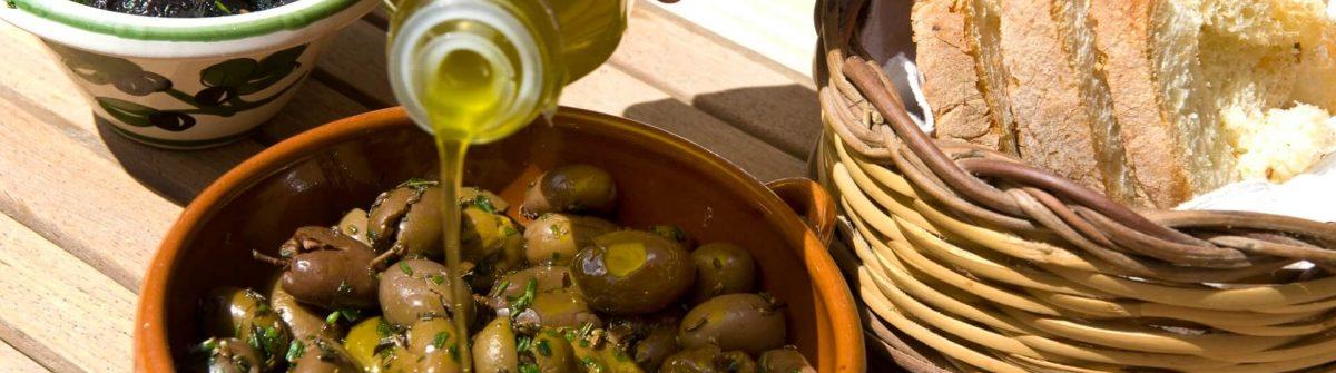 Gericht mit Oliven und Olivenöl