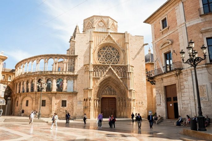 Am Plaza de la Virgen findet man neben der Kathedrale von Valencia schöne Architektur