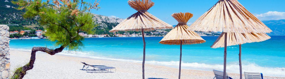 Der Strand Vela Plaza Baska in der Kvarner Bucht von Kroatien