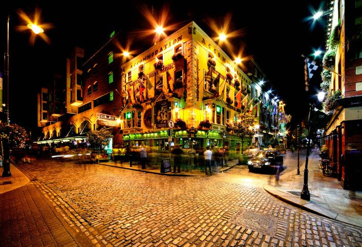night-view-of-temple-bar-street-in-dublin-ireland-istock_000026797803_large-2-707×483