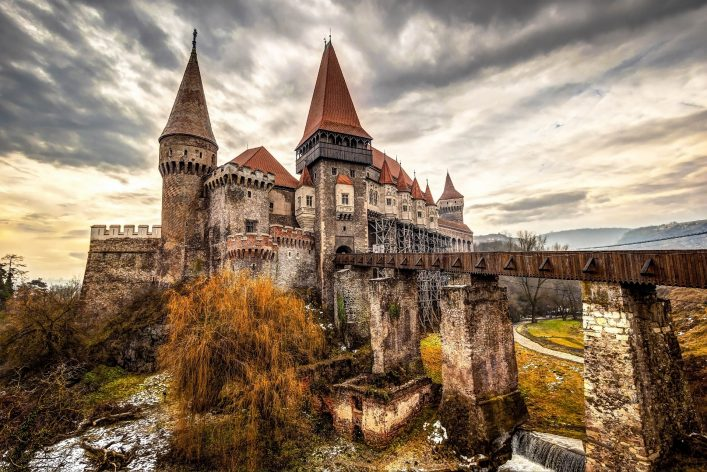 the-corvinesti-castle-also-known-as-the-hunyad-castle-shutterstock_247590271-2