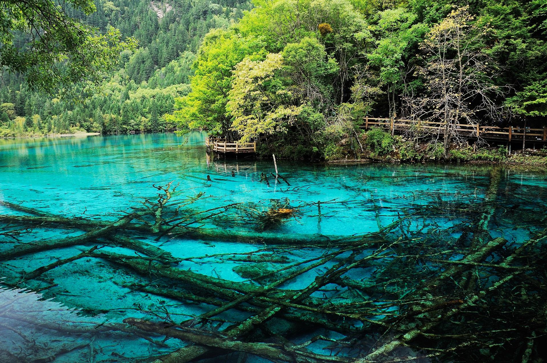 Im Jiuzhaigou-Park bekommt ihr faszinierende Berglandschaften, atemberaubende Seen mit einem Farbspiel der Extraklasse und absolut beeindruckende Wasserfälle zu sehen.