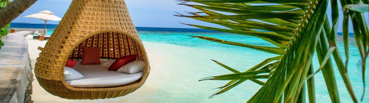 traumhotel auf den malediven mit hängematte am strand.