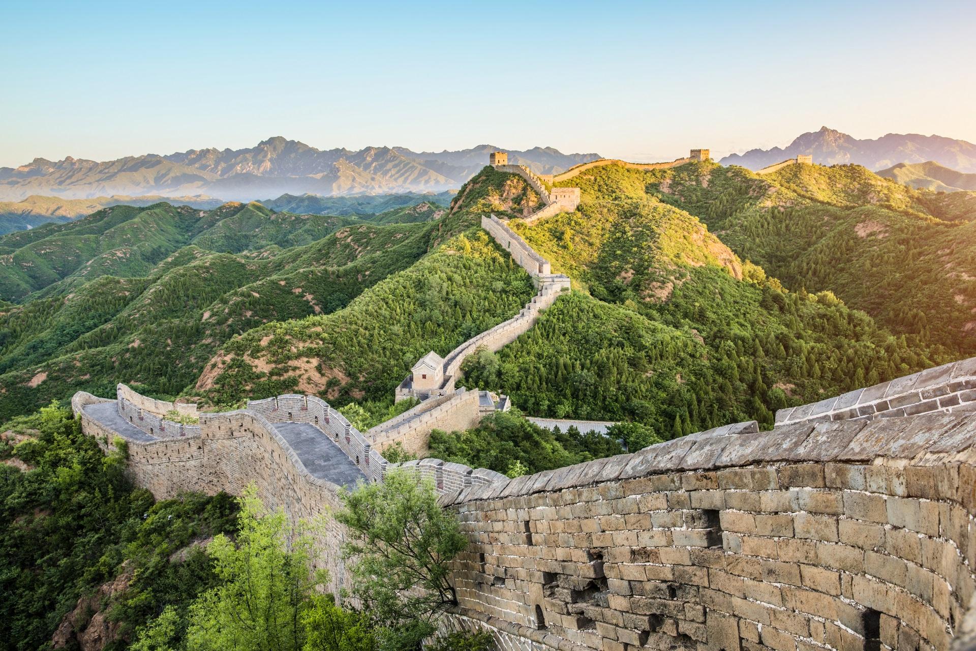 Die Chinesische Mauer steht ganz weit oben auf der Liste der wichtigsten Sehenswürdigkeiten in China.