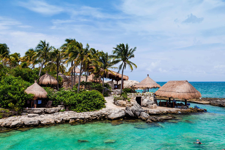 Strand und Palmen in einer Bucht von Cancun