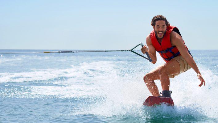 Wakeboard und Wasserski fahren im Urlaub in einem Clubhotel