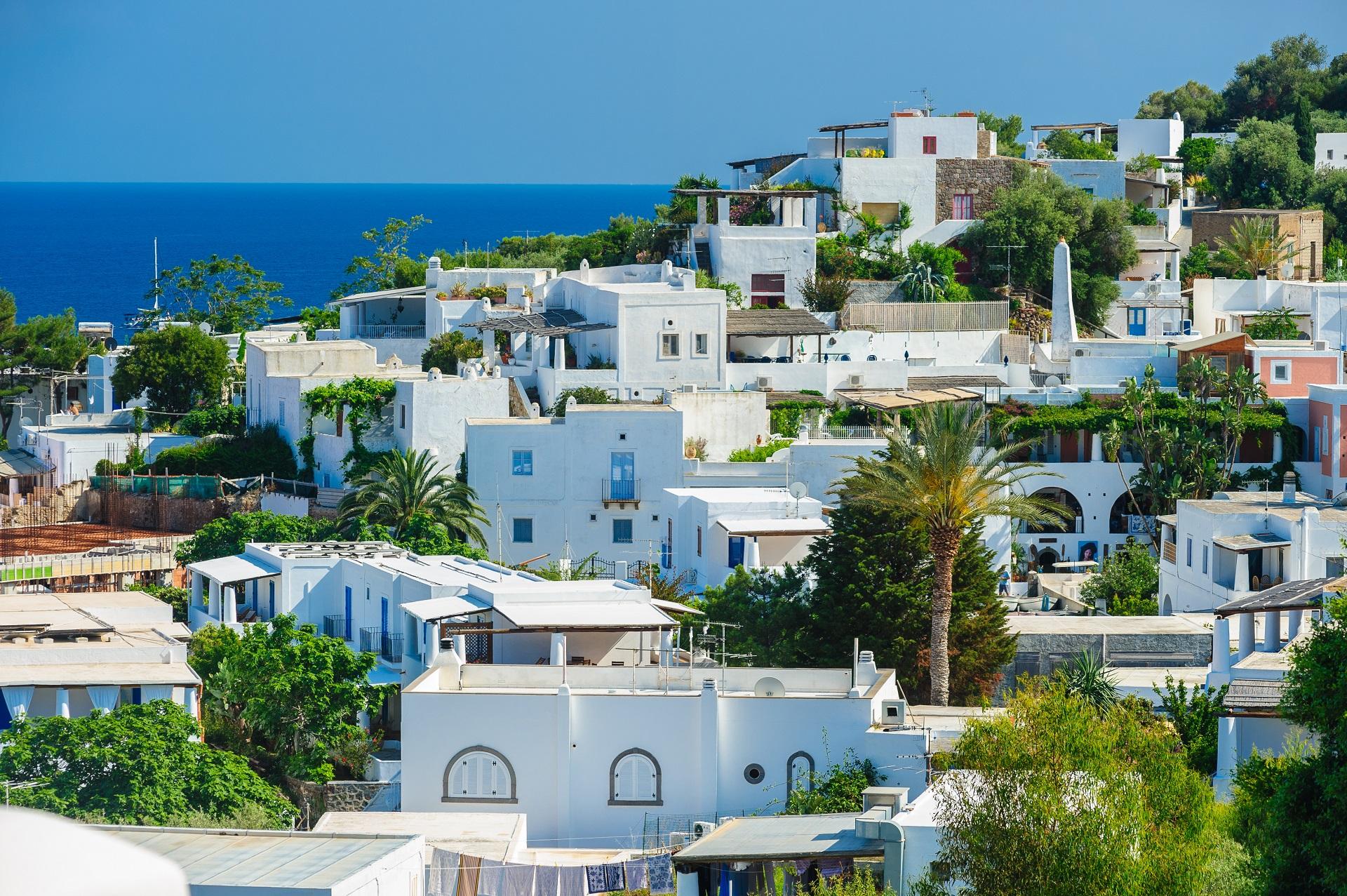Blick auf die Inseln Panarea mit ihren typisch, strahlend weißen Häusern.