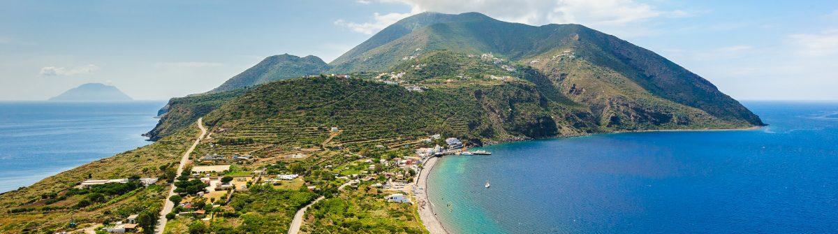 Blick auf Filicudi und Salina in Sizilien.