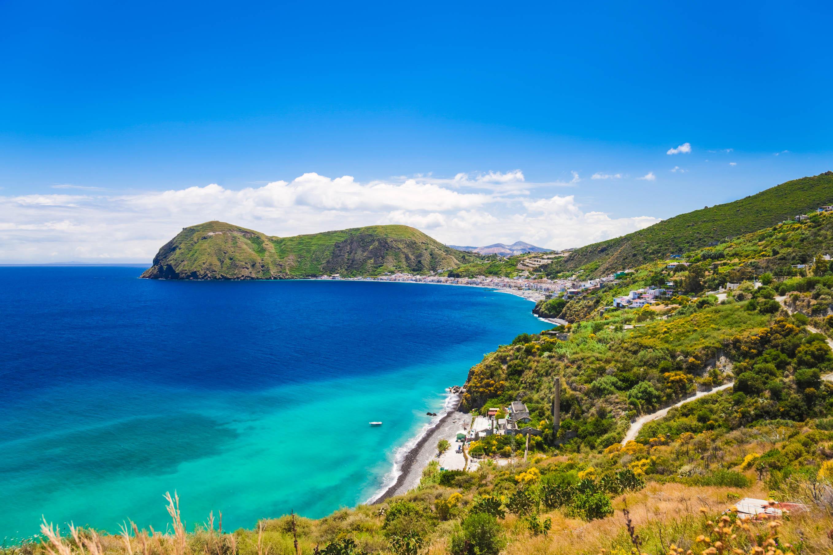 Die Küste der Liparischen Inseln fällt teils steil ins türkise Meer ab.