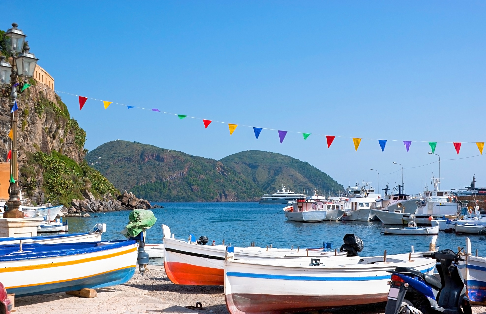 Der Hafen von Lipari besticht durch sein blaues Wasser und die bunten Boote, die am Strand liegen.