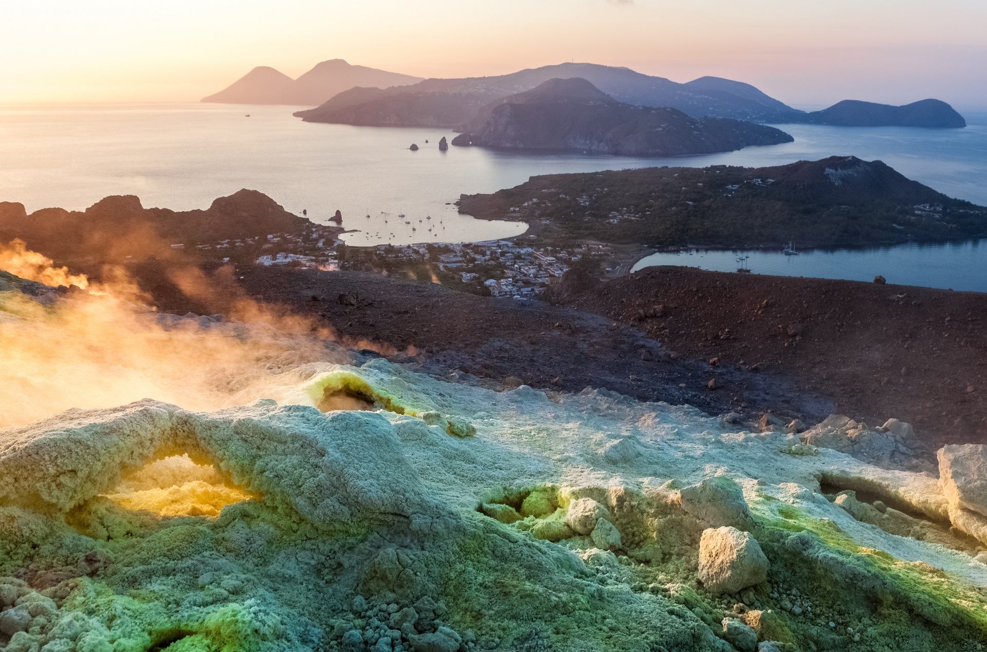Die Landschaft der Insel Vulcano mit grünem Gestein und aufsteigenden Schwefelwolken wirkt wie von einem anderen Planeten.