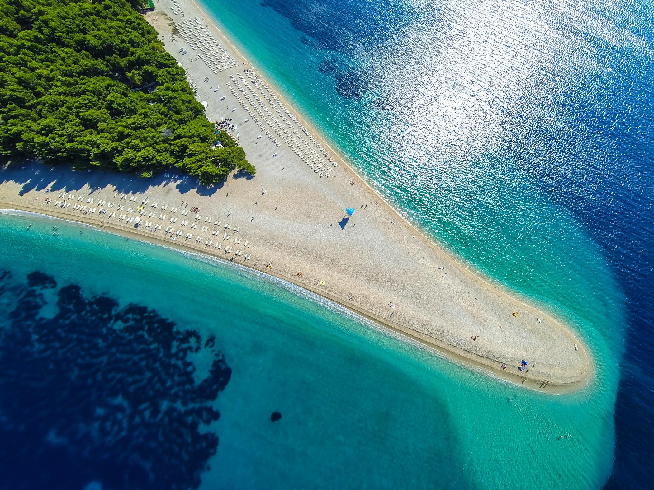Der Strand Zlatni Rat auf der kroatischen Insel Brac ist weltberühmt
