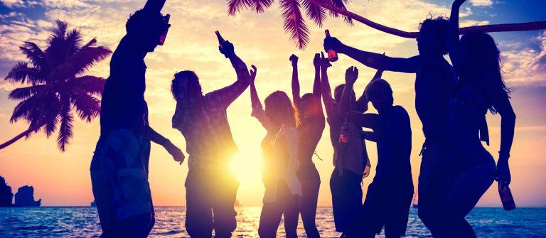 Feiernde Menge an Mallorcas Strand