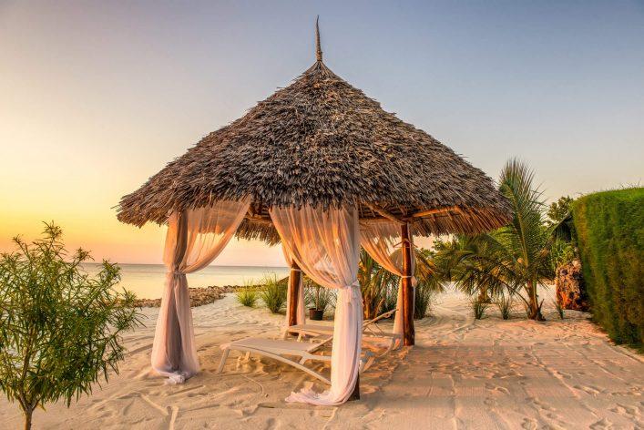 Offene Strandhütte am Strand von Sansibar