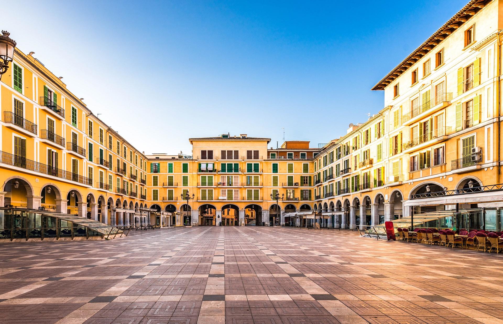 Der Plaza de Major in Palma de Mallorca an einem sonnigen Tag.