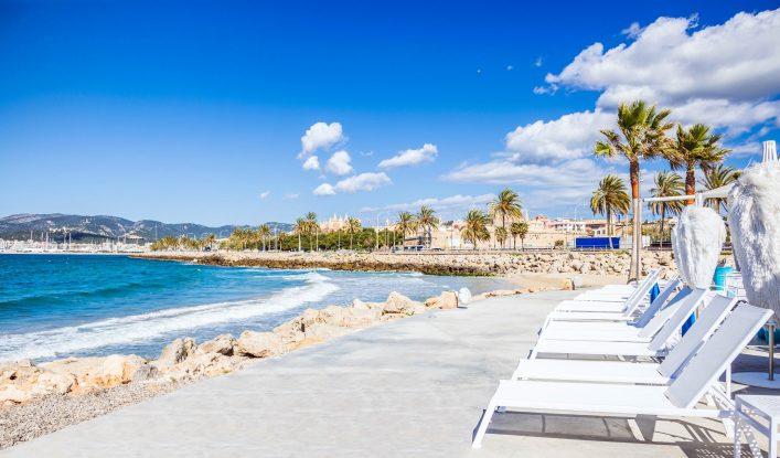 Strand und Promenade an der Playa de Palma, Palma de Mallorca.