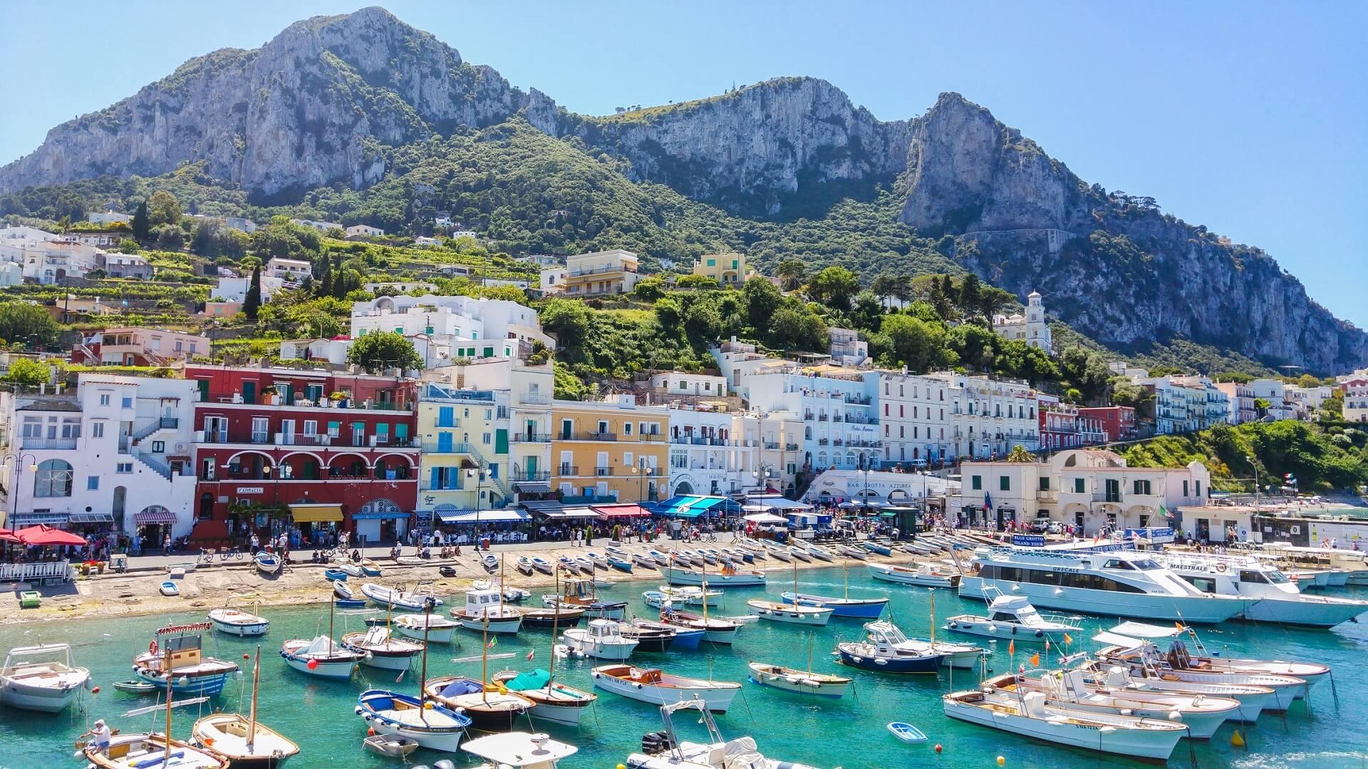 Der bunte Hafen von Capri in Italien