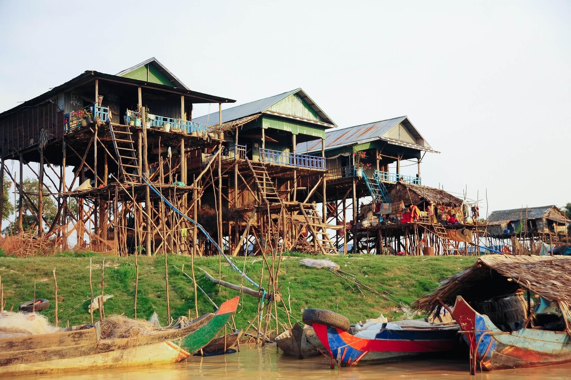 Die bunten Häuser auf Stelzen in einem Dorf nahe Siem Reap
