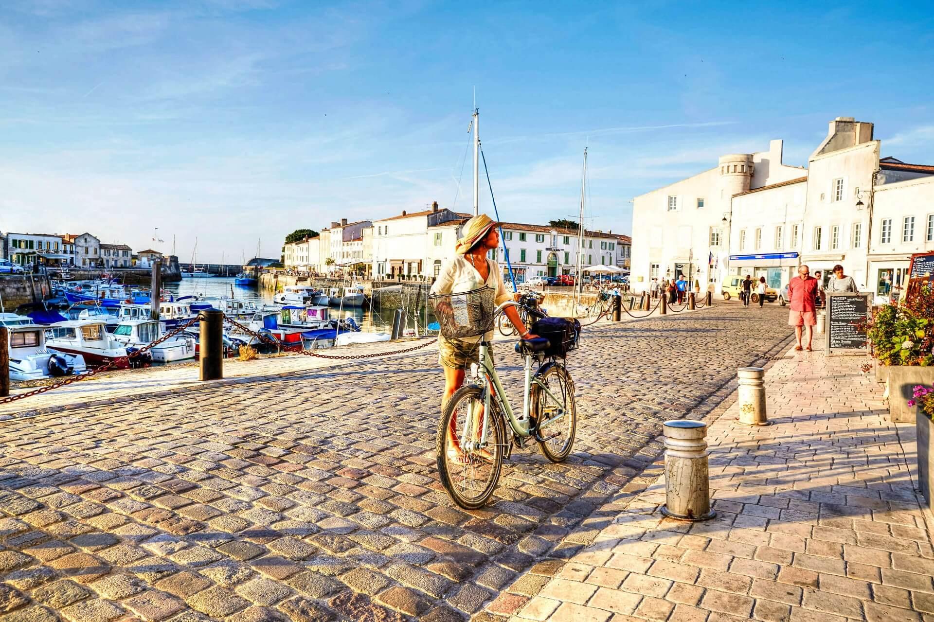 Frau Radfahren auf den Hafen im St Martin De Re Frankreich