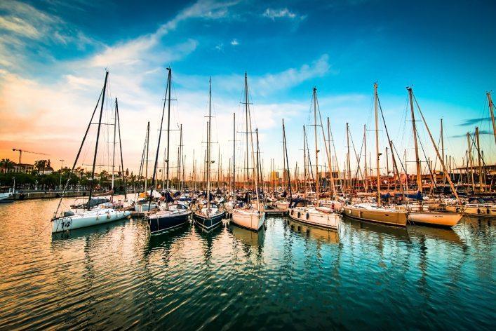 Segelboote in einem Hafen bei Dämmerung