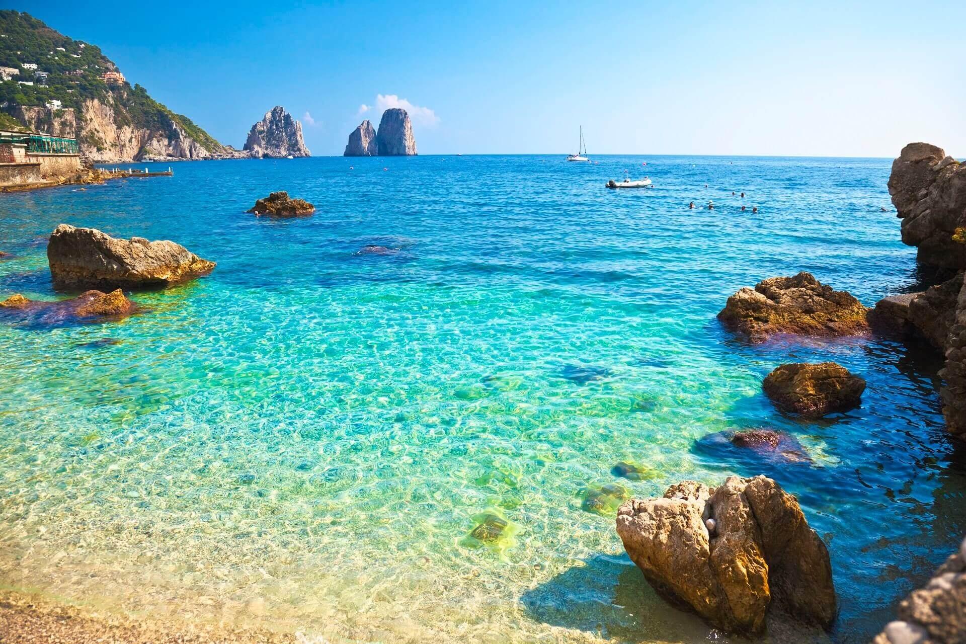 Ein Strand auf der Insel Capri in Italien