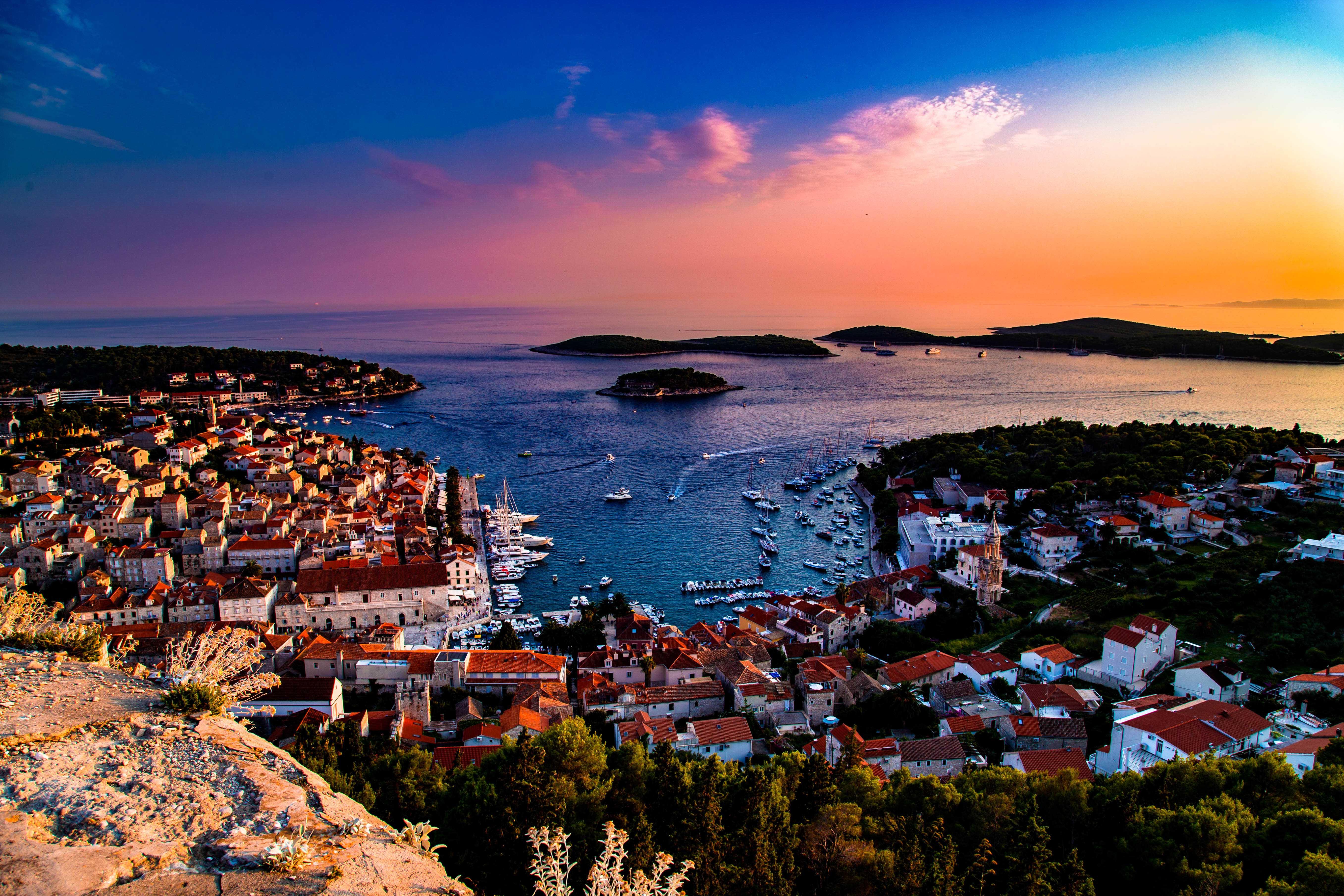 Sonnenuntergang auf der Insel Hvar mit einem bunten Himmel