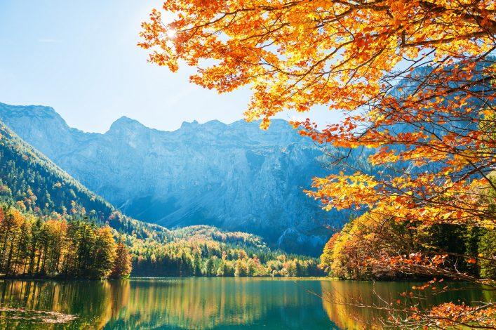Wunderschöne Herbstpanoramen in Österreich am See.
