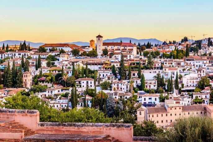alhambra-in-granada-stadt-kirchen-andalusien-spanien-istock_000041042484_large-2-1