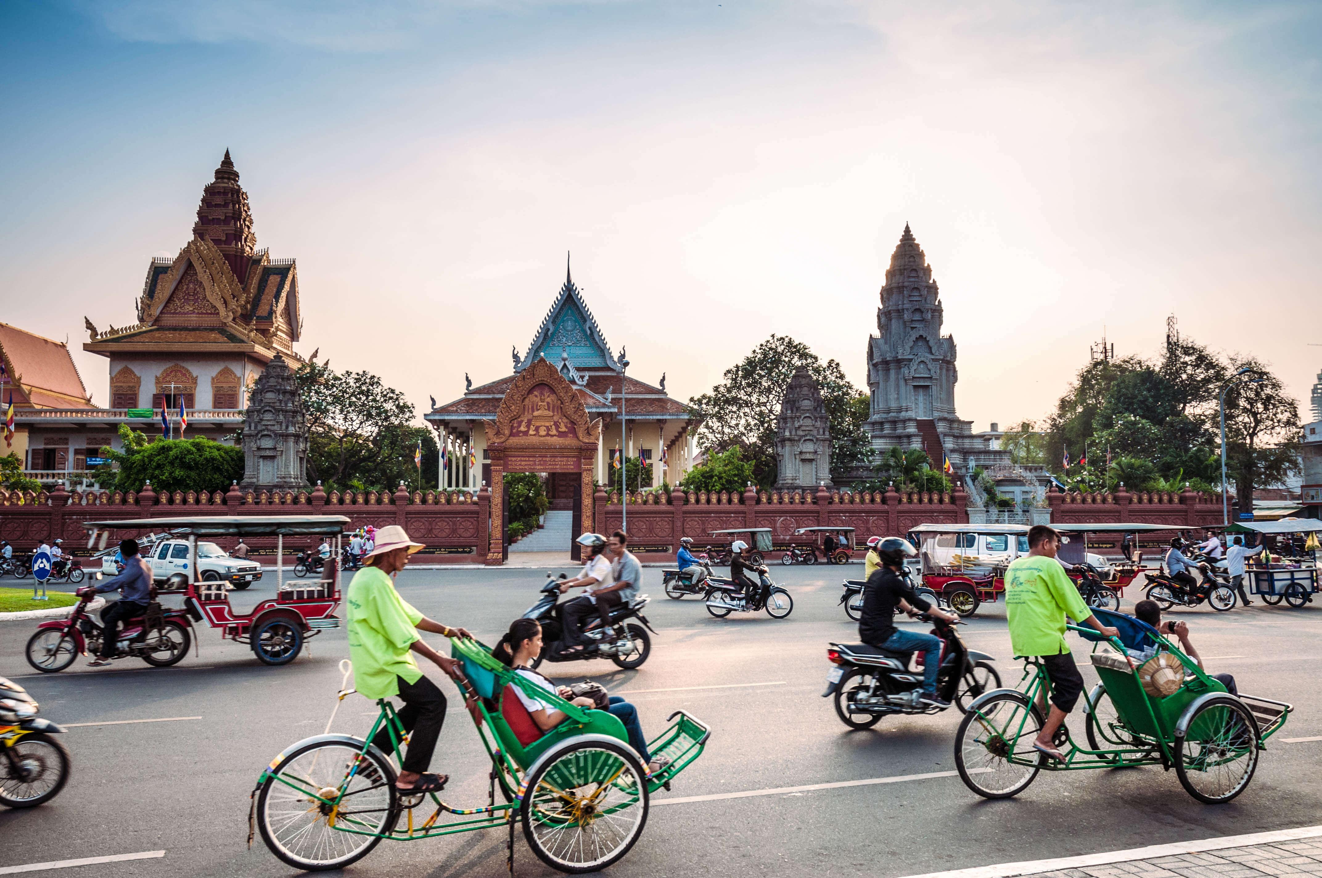 der Verkehr vor einem buddhistischen Tempel in Kambodscha