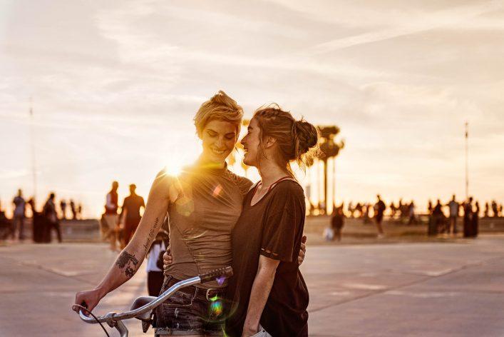 Zwei Frauen umarmen sich im Sonnenuntergang