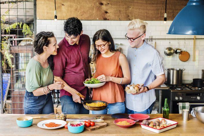 Ein paar Freunde kochen zusammen.