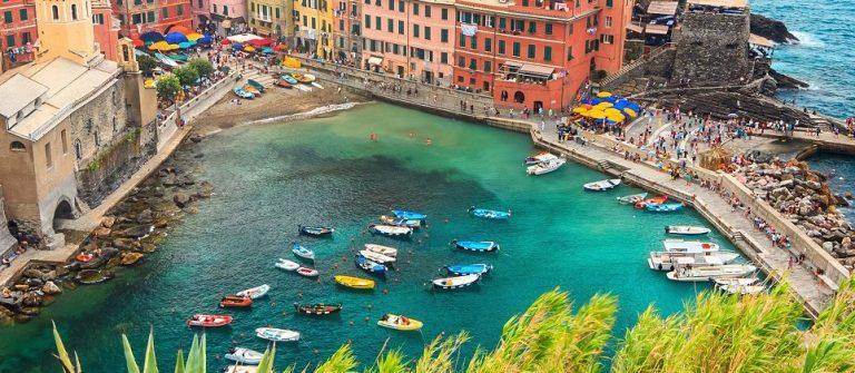 Hafen von Vernazza in Cinque Terre in Italien