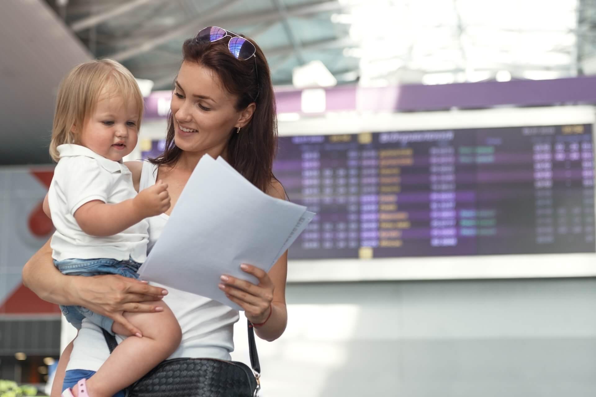 Mutter mit Kind am Flughafen